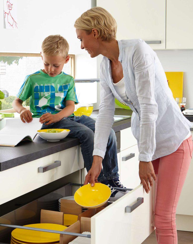 Individuell einstellbare Ordnungssysteme sorgen dafür, dass Teller, Töpfe und Co. in den Schränken nicht herumrutschen. Foto: djd/KüchenTreff