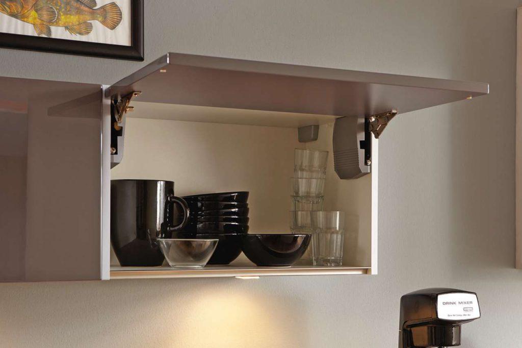 Oberschränke mit Klappen-Systemen bieten einen guten Überblick auf den Schrankinhalt und mehr Kopffreiheit als klassische Schränke mit Türen. Foto: djd/KüchenTreff