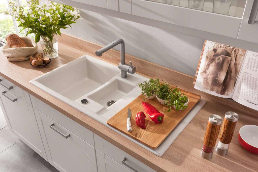 Die Arbeits-, Vorbereitungs- und Abstellflächen sollten generell möglichst großzügig geplant sein. Foto: djd/Küchen Quelle GmbH