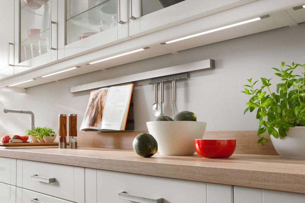 Auch das Beleuchtungskonzept spielt bei der Planung der Küche eine entscheidende Rolle. Foto: djd/Küchen Quelle GmbH