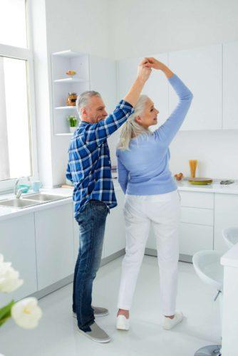 Sorgt für neuen Schwung: Gerade ältere Menschen schätzen den schnellen und sauberen Austausch der Küchenfronten. Foto: djd/www.beptum.de/deagreez - stock.adobe.com