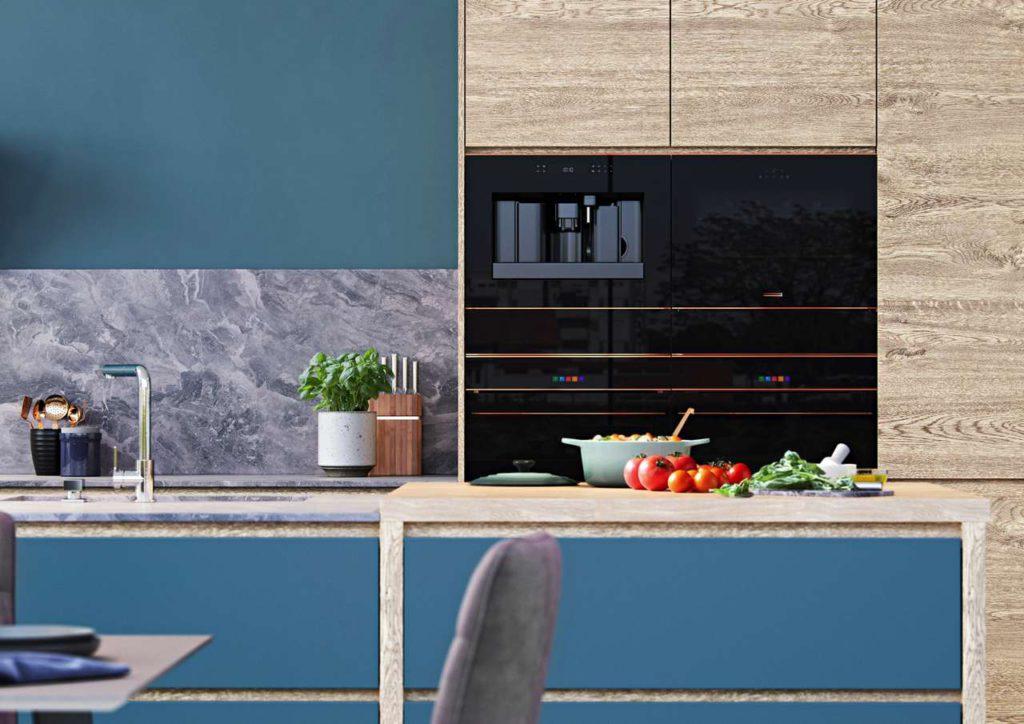 Leitmotiv Schwarz & Kupfer: Poliertes, hochwertiges Schwarz-Glas, Licht-elemente (bei Inbetriebnahme sichtbar) und feine farbliche Details, wie hochglänzendes Kupfer, vereinen sich in dieser Design-Linie. Foto: AMK
