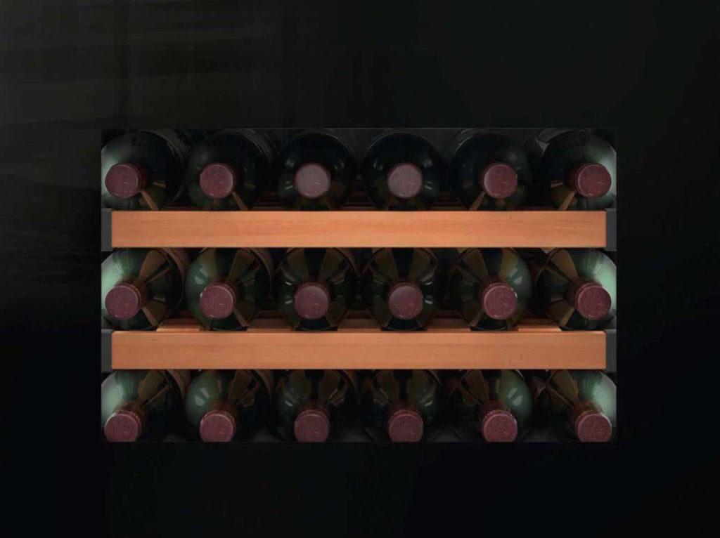 Eine Serie schwarzer Kompaktgeräte für 45 cm hohe Möbelnischen lässt sich perfekt mit einem kompakten Einbau-Weinschrank in schwarzem Glas komplettieren. Oder für einen doppelten Wein- und Champagnervorrat gleich mit zwei Geräten. Foto: AMK