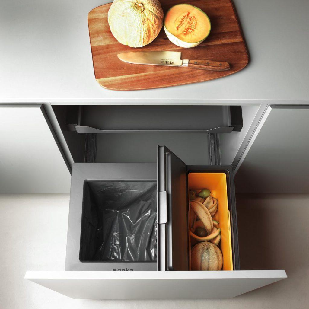 Im FreezyBoy lassen sich Essensreste und Küchenabfälle problemlos über mehrere Wochen in der Küche zwischenlagern. Das Gerät ist Bestandteil des Abfalltrennsystems Oeko FreezyBoy. Foto: Avantyard Ltd. | PEKA Metall AG