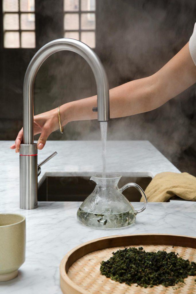Mit der zeitlos-eleganten Optik passt der Kochendwasserhahn in nahezu jede Kücheneinrichtung. Das vakuumisolierte Wasserreservoir bleibt unter der Spüle gut verborgen. Foto: djd/Quooker