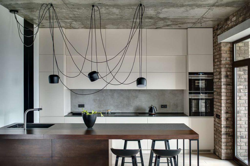 Eine Küchennischenwand aus Beton liegt im Trend und bietet einen schicken Loft-Charme.