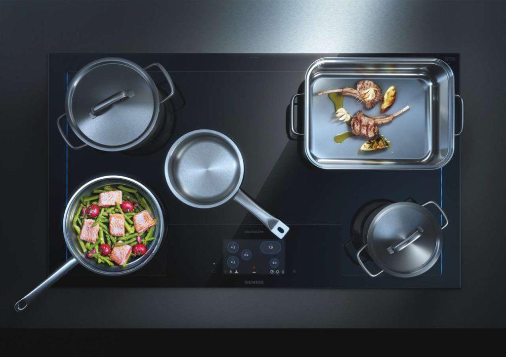 Weltneuheit: Das neue, vernetzte freeInduction Plus Kochfeld von Siemens Hausgeräte unterstützt den Flow beim Kochen. Foto: Siemens