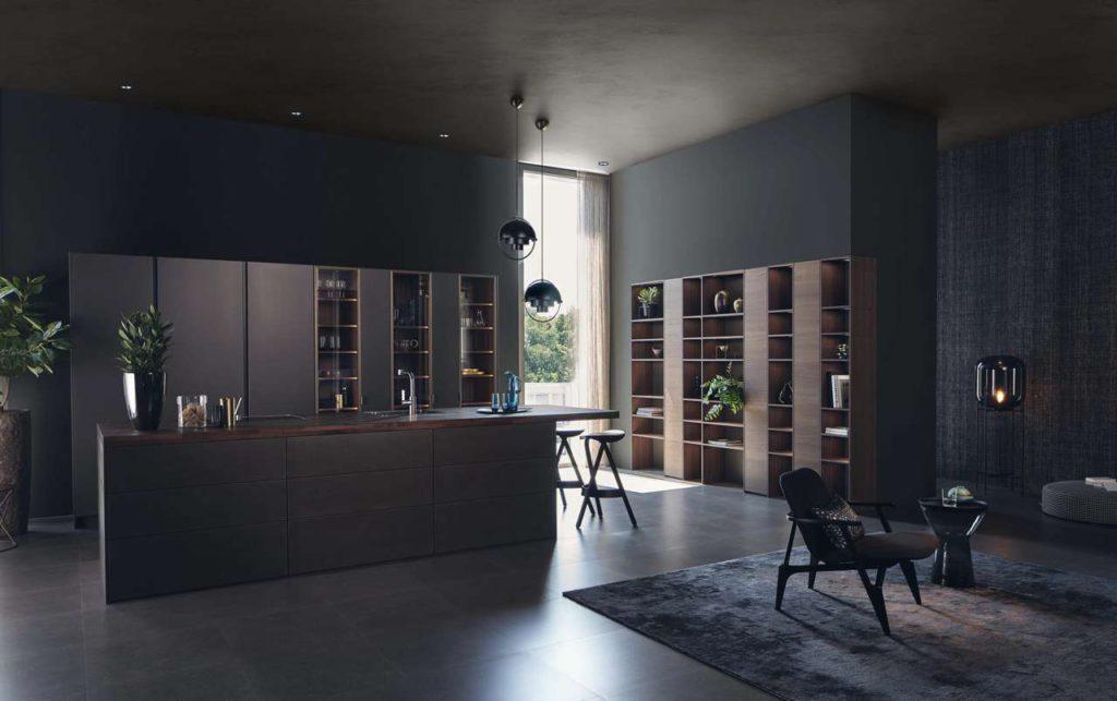 Lebensraum Küche: Mehr Wohnlichkeit mit dem Oberflächenprogramm STEEL und den Vitrinen VERO. Foto: LEICHT Küchen