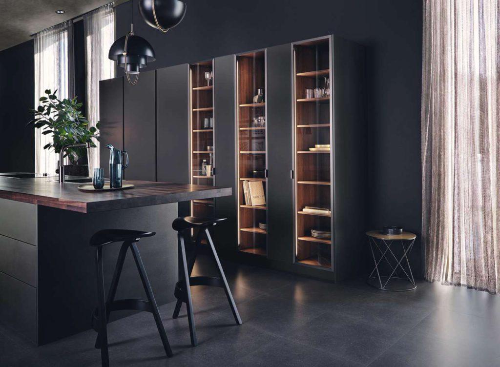 Für die Gestaltung von ganzheitlichen Lebensräumen lässt sich neben den beiden neuen Elementen auch eine individuelle Regalierung in die Küche integrieren. Foto: LEICHT Küchen
