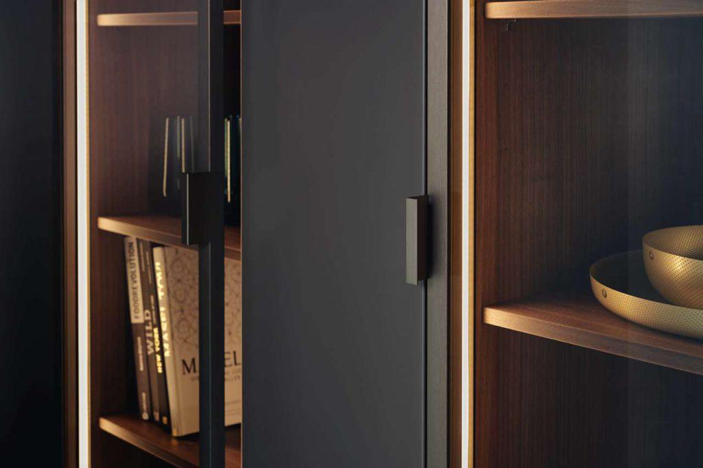 Als wertiges Gestaltungselement und eleganter Stauraum zugleich erweitern die neuen, dezent getönten Vitrinen VERO die Gestaltungsvielfalt bei LEICHT. Foto: LEICHT Küchen