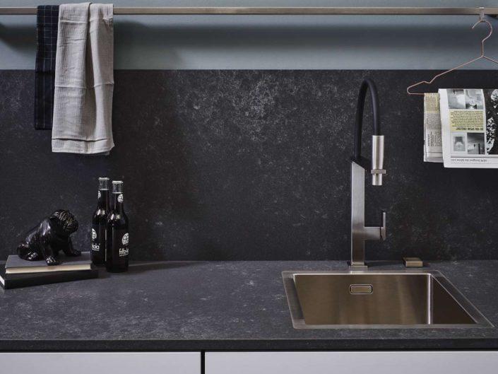 Quarzsteinarbeitsplatte und Rückwand Concrete Grey. Foto: Lechner
