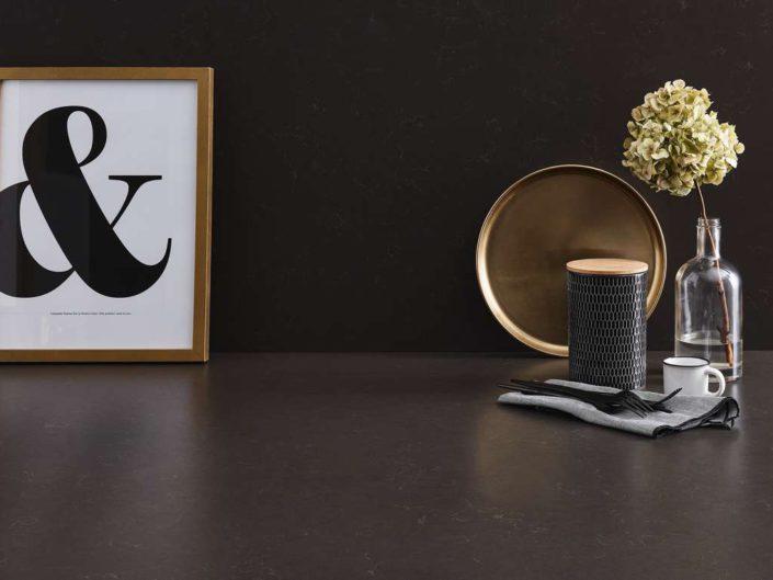 Quarzsteinarbeitsplatte und Rückwand Brown Marble. Foto: Lechner
