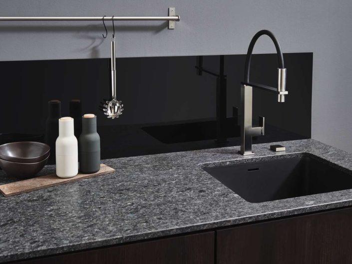 Granit Steel Grey Arbeitsplatte mit Glasrückwand. Foto: Lechner