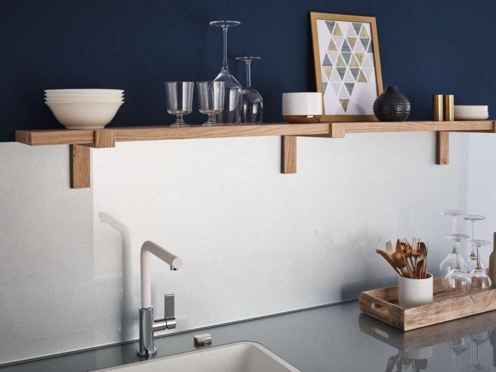 Weiße Glasrückwand mit Holzregal. Foto: Lechner