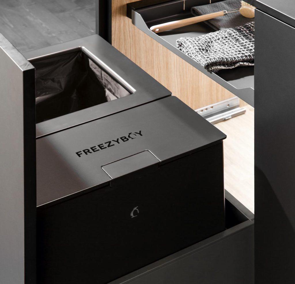 FreezyBoy ist ein einzigartiges Kühlgerät, das die gesammelte Biomasse dauerhaft auf -5 °C kühlt und dadurch den Zersetzungsprozess unterbindet. Foto: Avantyard Ltd. | PEKA Metall AG