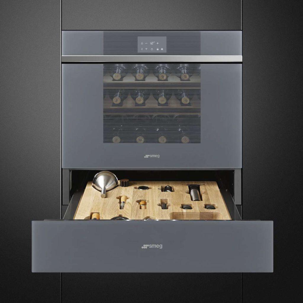 Der neue Kompakt-Weinklimaschrank mit Direkt Touch Control in der Vollglas-Außentür und Wi-Fi Smeg Connect samt Sommelierschublade. Foto: Smeg