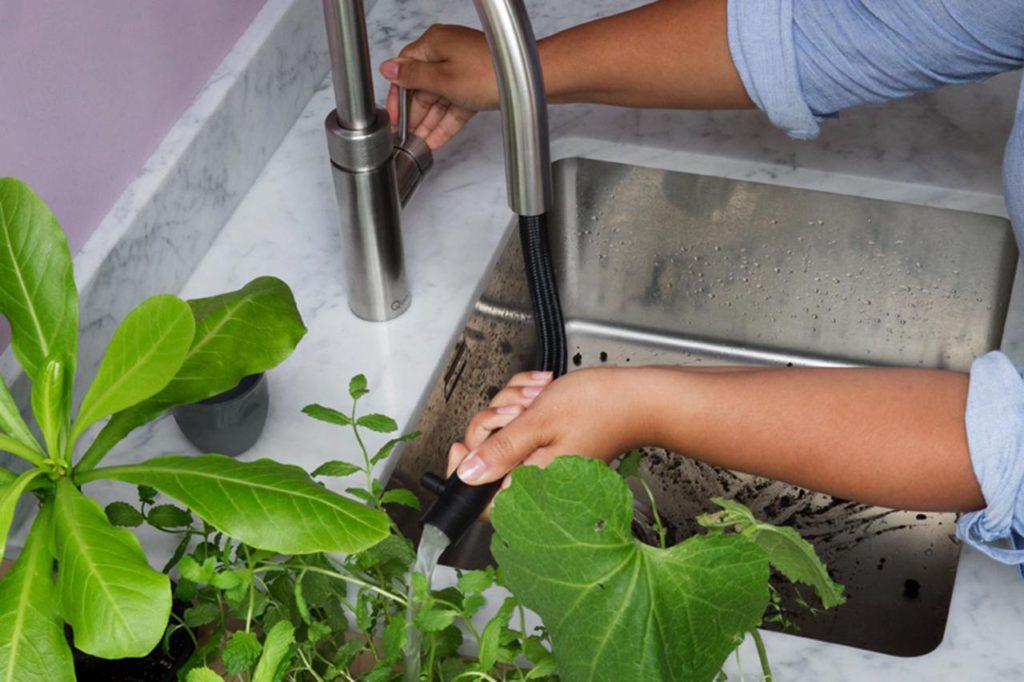 Jederzeit angenehm temperiert: Praktische Küchenhelfer wie etwa ein Kochendwasserhahn sparen Zeit, so dass auch im hektischen Alltag oftmals selbst gekocht werden kann. Foto: djd/Quooker