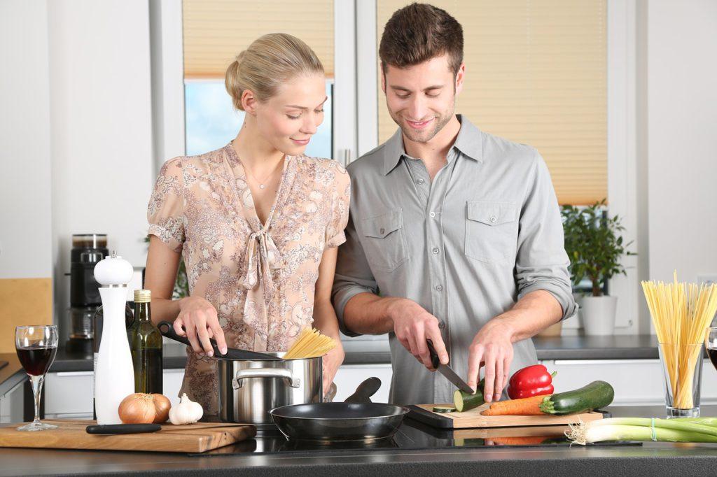 Mit einer ergonomisch optimalen Küchenplanung und genügend Stauraum lassen sich überflüssige Bewegungsabläufe vermeiden und damit Zeit sparen.