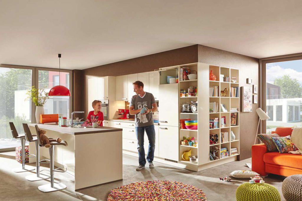 Ist die Küche in den Essbereich und in das Wohnzimmer integriert, wird sie immer mehr zum sozialen Zentrum und Herzstück des Hauses. Foto: djd/KüchenTreff GmbH & Co. KG