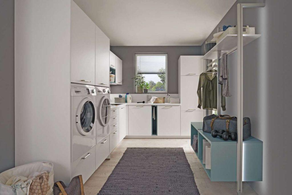 Clever und kreativ konzipierte Küchenmöbel und Ordnungssysteme finden heute auch im Hauswirtschaftsraum, der Garderobe oder im Badezimmer Platz. Foto: djd/nobilia