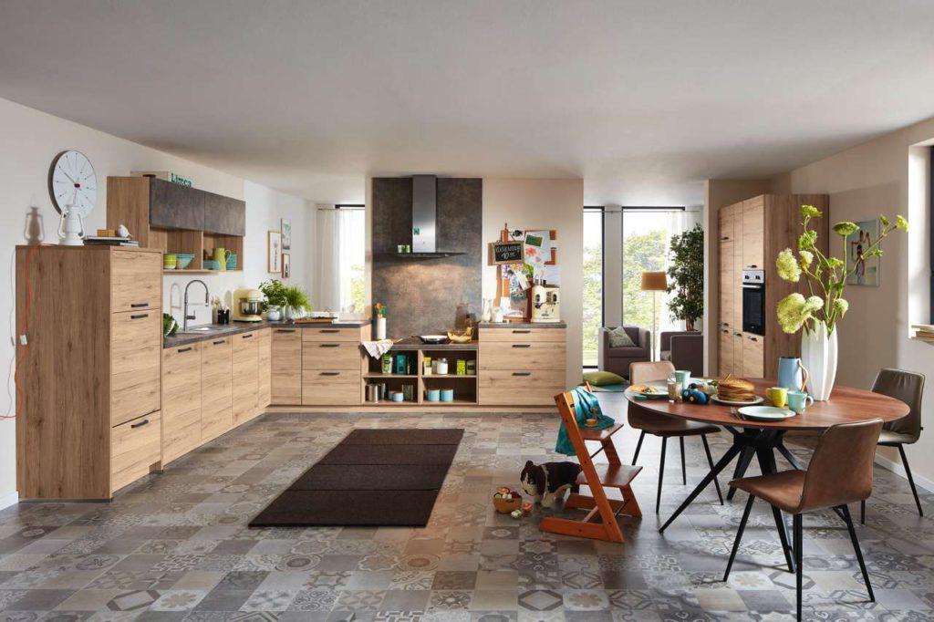 Schön harmonisch: Küchenmöbel sollten sich optisch in das Gesamtambiente einfügen. Foto: djd/KüchenTreff GmbH & Co. KG