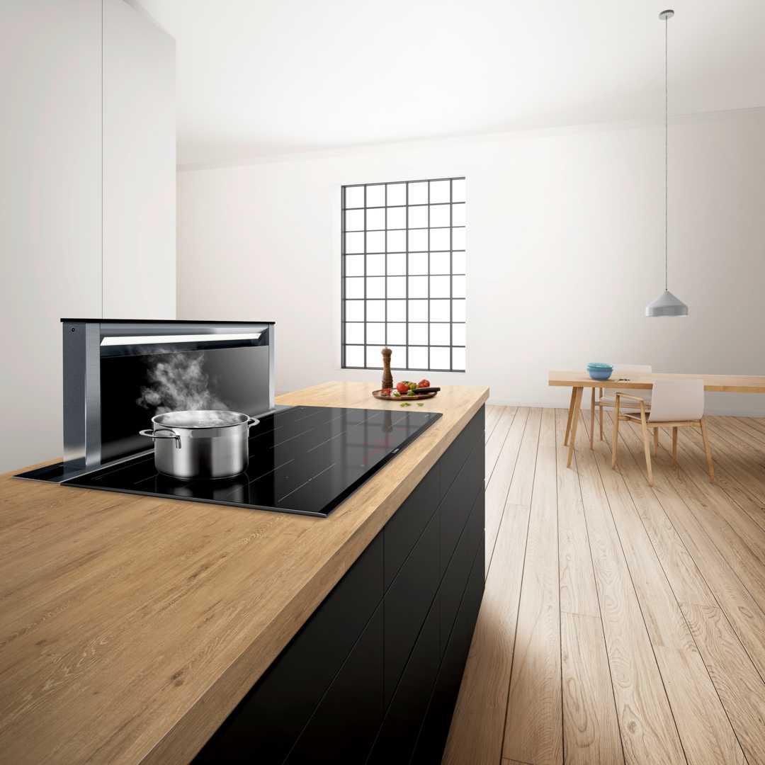 Ideal für alle, die sich beim Kochen volle Sichtfreiheit wünschen, um mit der Familie oder den Gästen zu kommunizieren ist die Downdraft Lösung. Foto: Bosch