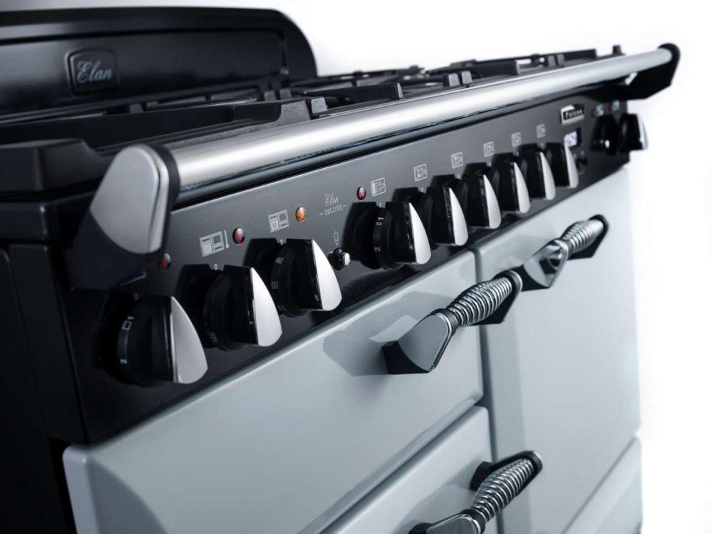 Der neue ELAN Deluxe überzeugt optisch mit eleganten Details wie den Spiralgriffen oder geschwungenen Türen sowie technisch mit einem vollmodernisierten Induktionskochfeld, der neuen Gärschublade und weiteren überzeugenden Features. Foto: Falcon | AGA