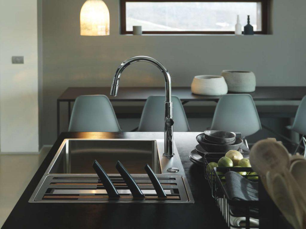 Im Nacht-Modus, also wenn keine Küchenarbeiten an der Spüle stattfinden, ist das Zubehör ordentlich im kleineren Becken verstaut und nur die Messergriffe sind noch sichtbar. Foto: Franke