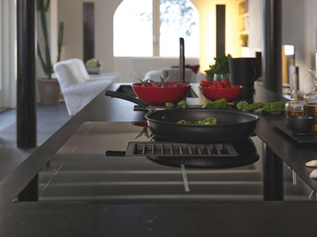 Mit der Energieeffizienzklasse A+++ ist Mythos 2gether aktuell der energieeffizienteste Kochfeldabzug auf dem Markt. Dazu erleichtert eine automatische Pfannenerkennung den Küchenalltag. Foto: Franke