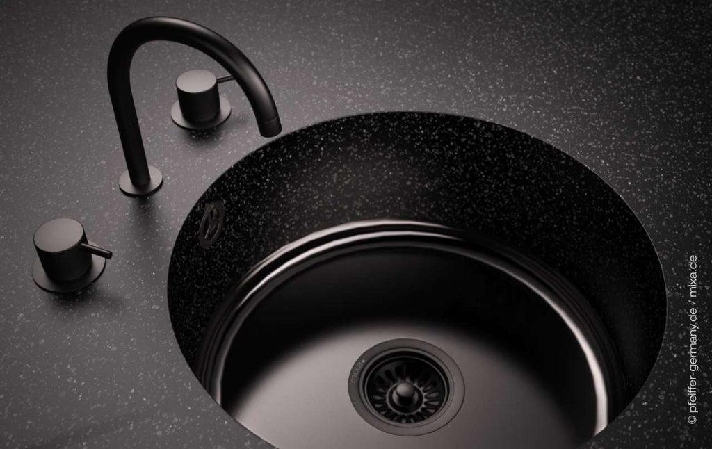Auch mit emailliertem Boden in schwarz ein echter Hingucker. <br> Foto: Pfeiffer GmbH & Co. KG