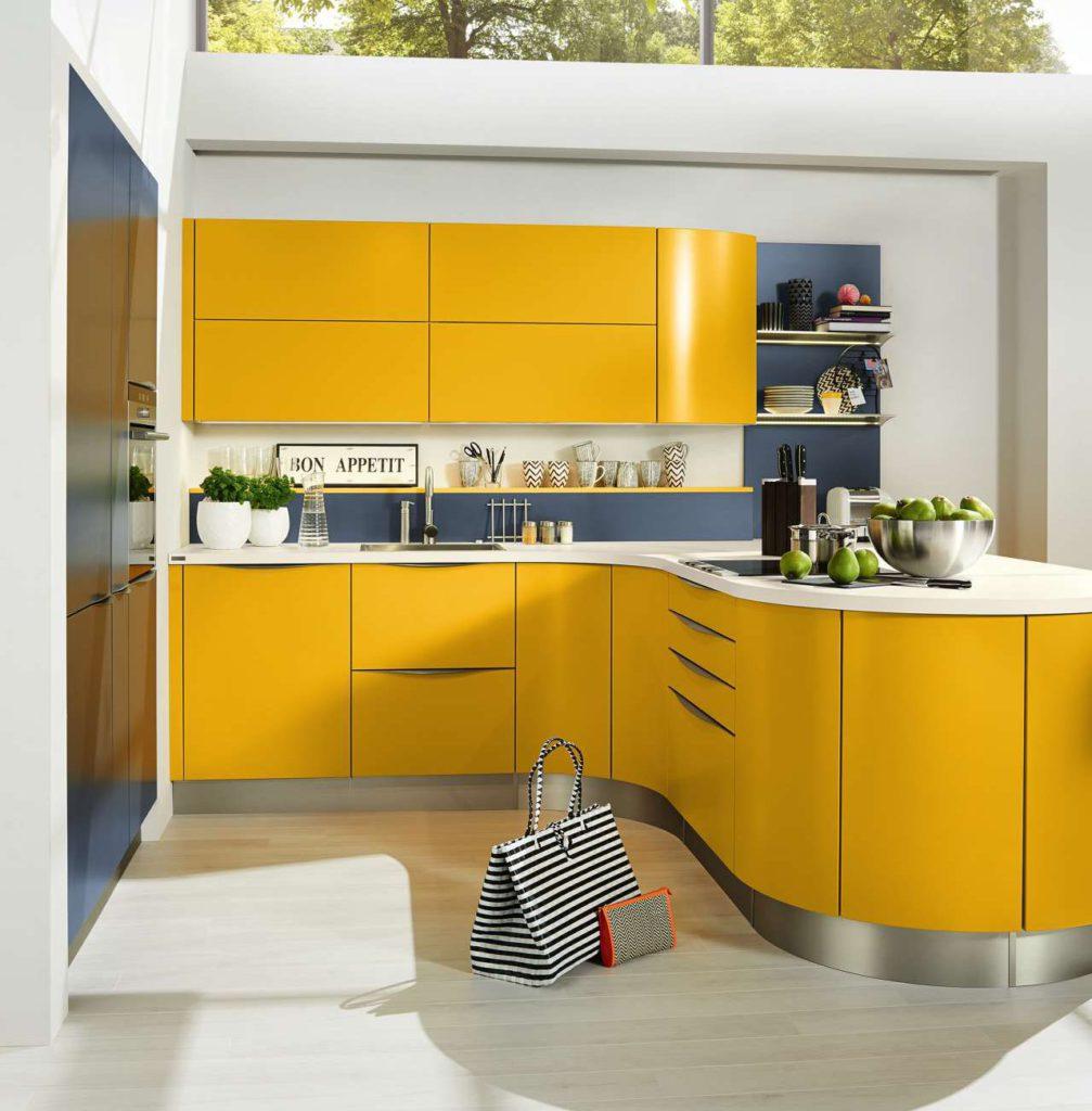 Das Küchenmodell MR3300 in Gelb sorgt für gute Laune und gibt der Küche mit den geschwungenen Fronten einen extravaganten Look. Foto: Musterring