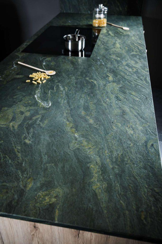 """Mit einer Farbstellung und einer Struktur, die man sonst nur von exotischen Steinen kennt, sorgt """"Alpengrün"""" garantiert für Aufsehen. <br> Foto: STRASSER Steine"""