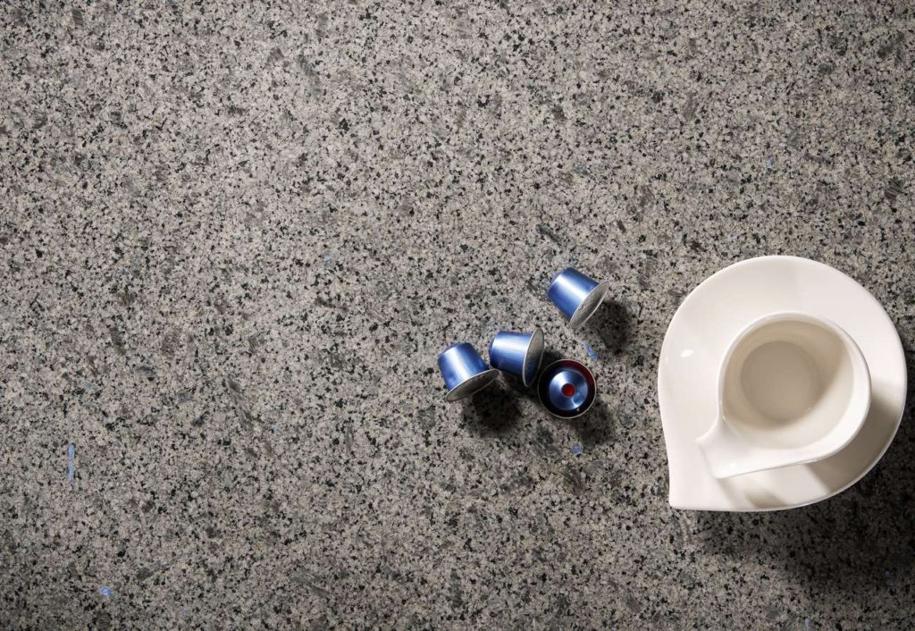 """Eingebettet in einen Schleier von zart-schönem Grau verleihen sie dem Naturstein einen Zauber orientalischer Sinnlichkeit. """"Oriental Blue"""" passt fantastisch zu den neuesten Frontfarben in dunkelgrau und anthrazit. Foto: STRASSER Steine"""
