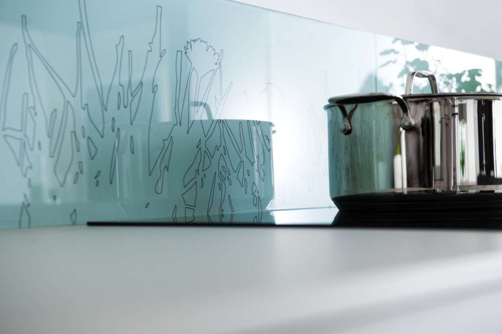 Keine Lust auf Fliesenspiegel? Kein Problem: Eine Nischenverblendung aus Dekorglas ist der Blickfang für jede Küche. SCHMIDT bietet hier zehn unterschiedliche Ausführungen an, hinzu kommen vier Varianten aus Uni-Glas. Foto: SCHMIDT Küchen