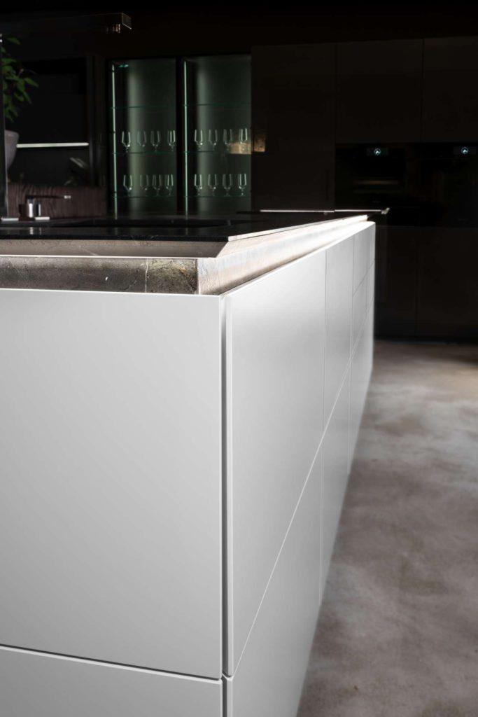 Die Natursteinarbeitsplatte mit Granit Greifraumprofil bildet ein weiteres Highlight in dieser schlichten doch im Detail raffinierten Küchenlösung. Foto: WARENDORF - Die Küche