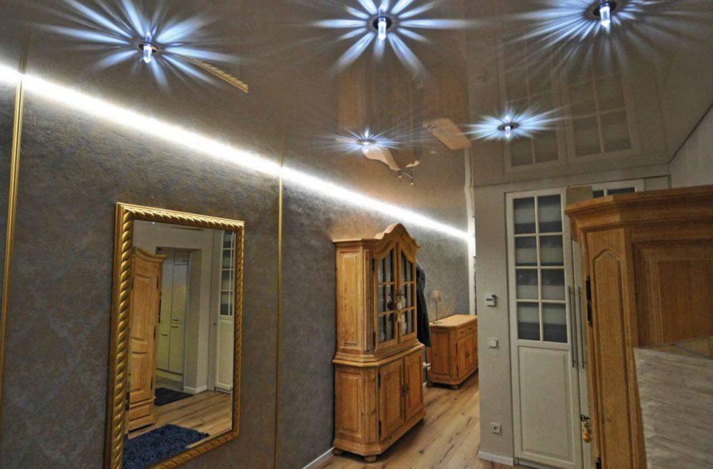 Das Grundlicht im Raum lässt sich mit Effekten wie einer indirekten Beleuchtung unter der Raumdecke kombinieren. Foto: djd/TopaTeam/Ciling