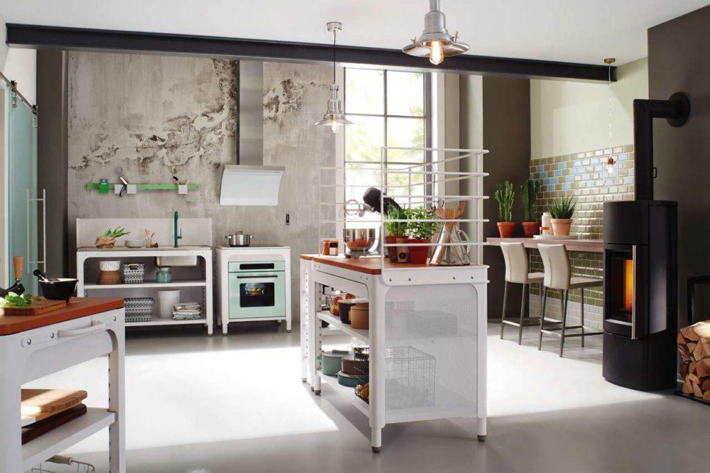Modular, flexibel, mobil und offen. Der werkzeuglose Auf- und Abbau dieser beiden Modul-Küchen – z. B. für urbanes Wohnen auf wenig Raum oder in einem schicken Loft – geht einfach und schnell. Foto: AMK