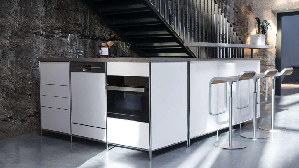 Die umzugsfreundliche und robuste Metallküche mit integrierter Ess-Bar fügt sich mit ihrem modernen Design auch sehr gut in ein Umfeld im Rough Industrial Look ein. Foto: AMK