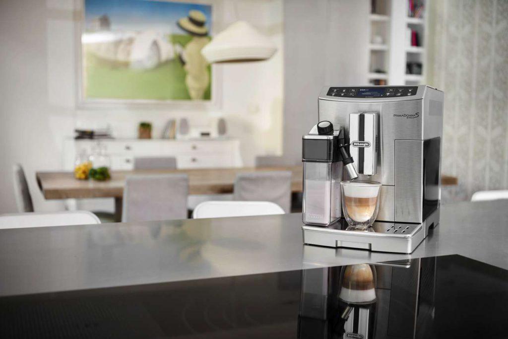 Blickfang in jeder Küche: die PrimmaDonna S Evo Foto: De'Longhi