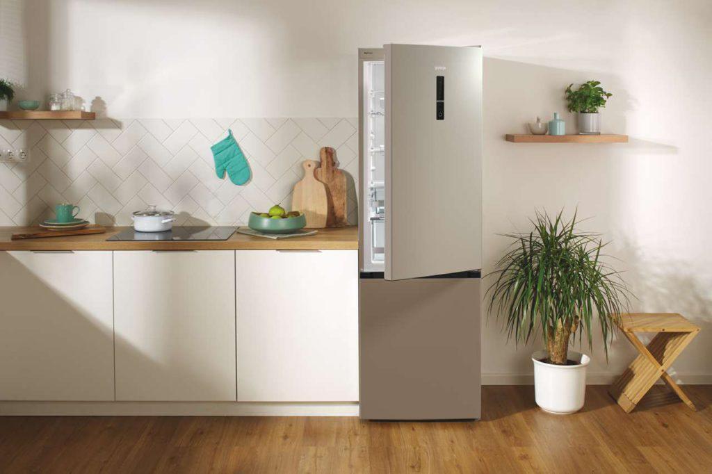 Das sensorgesteuerte AdaptTech-System mit Memory-Funktion registriert nicht nur wie oft, sondern auch wann die Kühlschranktür geöffnet wird und erhöht dementsprechend die Kühlleistung in dieser Zeit – für eine jederzeit konstante Kühltemperatur. Foto: Gorenje