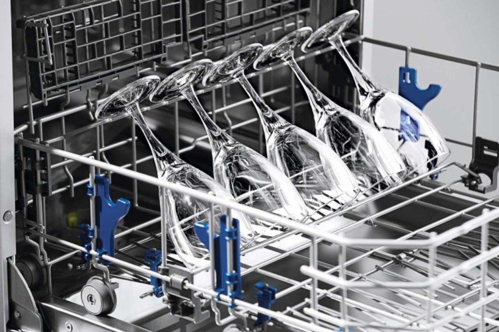 Verkrustete Backbleche, sperrige Pfannen oder matte Gläser – der Grundig Geschirrspüler GNV 44835 beseitigt jeden schmutzigen Fleck und bringt Geschirr in Windeseile auf Hochglanz. Foto: Grundig