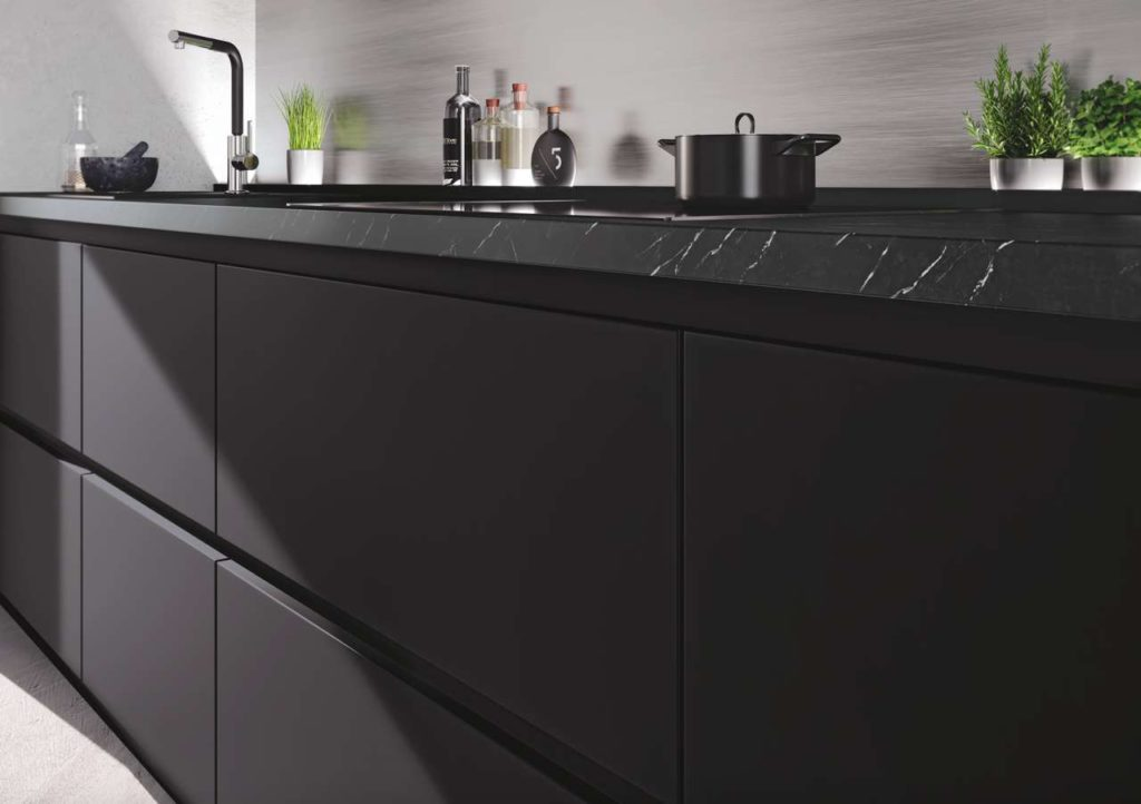 Metall-Griffprofile in Schwarz liegen im Trend und unterstützen, auf Wunsch mit LED-Beleuchtung, die elegante horizontale Linienführung auf der Front. Foto: Impuls Küchen