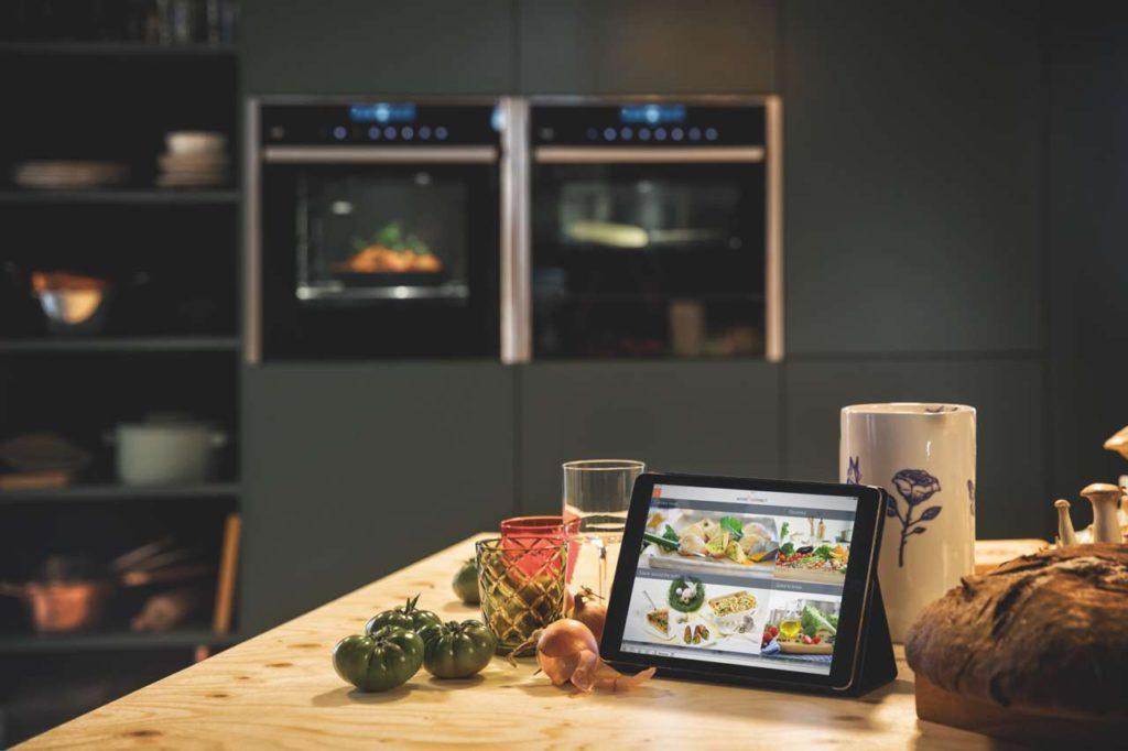 Kochfans ermutigt das vernetzte Geräteportfolio dazu, noch kreativer zu werden und sich von neuen Möglichkeiten und Rezepten inspirieren zu lassen. Foto: NEFF