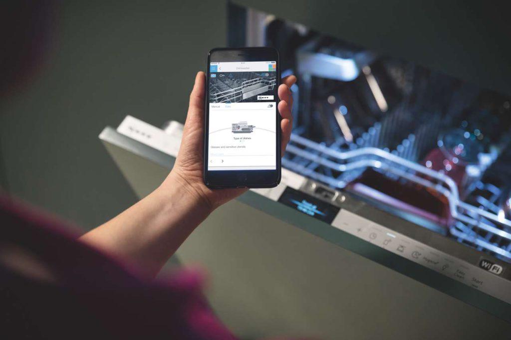 Den Spülvorgang per Stimme oder Fingertip starten: der Home Connect Spüler macht schlauer und das Leben einfacher. Außerdem zählt das Gerät den Tab-Verbrauch mit. Neigen sich die Vorräte dem Ende, erinnert die App per Push-Nachricht an den Nachkauf. Foto: NEFF