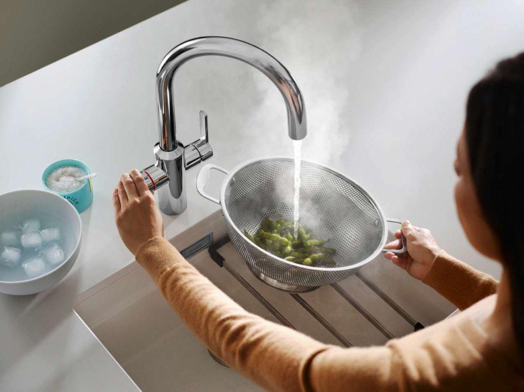 Wer wartet schon gern darauf, bis das Wasser kocht? Nie mehr warten braucht man mit dem Heißwasser-System Blanco Tampera Hot. Das komfortable 3-in-1-System liefert im Handumdrehen nahezu 100 Grad heißes Wasser, um beispielsweise den Spaghetti-Topf zu füllen, Gemüse zu blanchieren oder das Babyfläschchen anzuwärmen. Foto: Blanco