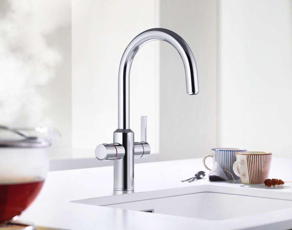 Für ungetrübten Trinkgenuss: Die Heißwasser-Armatur Blanco T ampera Hot ist mit einem innovativen Filtersystem von BWT ausgestattet. Der platzsparend im Unterschrank befestigte Mehrstufenfilter bereitet das Leitungswasser auf, bevor es im hochwertigen Titan-Boiler erhitzt wird. Foto: Blanco