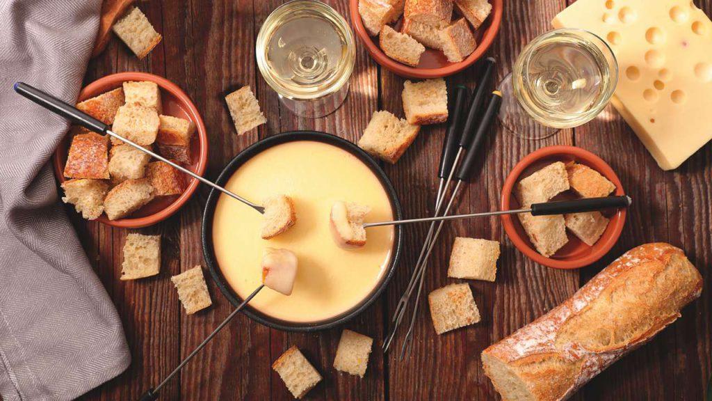 Ob Raclette oder Käse-Fondue – mit dem neuen Cheese 'n Co von Tefal gibt es immer einen guten Grund, Freunde und Familie zum Essen einzuladen. Foto: Tefal