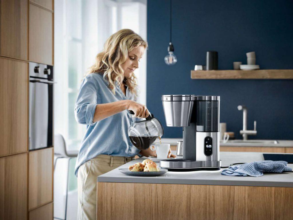 Die WMF Lumero Filterkaffeemaschine verfügt über ein Bedienfeld mit moderner Touch-Funktion. Dieses ermöglicht die Einstellung des Brühbeginns, sowie der Größe und der Stärke des Kaffees. Foto: WMF