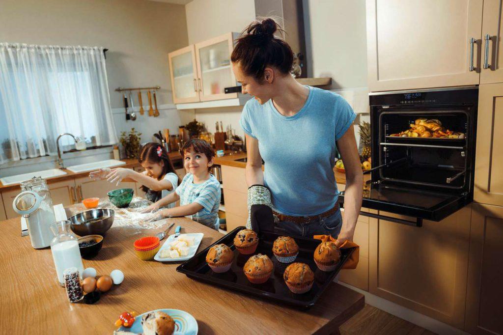 Herzhaftes und Süßes zeitgleich zubereiten? Das gelingt dank des Backofens mit Split & Cook Funktion problemlos. Foto: djd/Beko