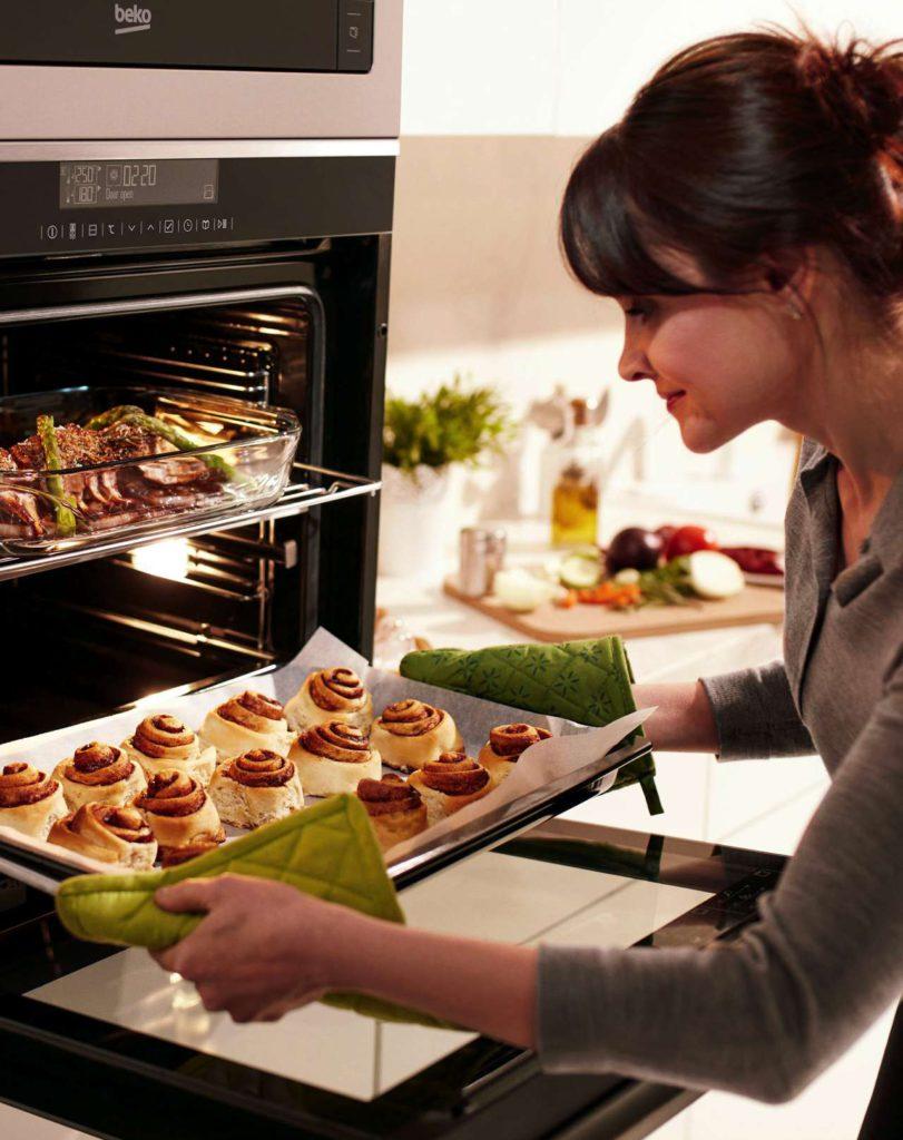 Ein Backofen, zwei Gerichte: Der Multifunktionsbackofen kann in zwei separate Ebenen mit unterschiedlichen Temperaturen und Heizarten unterteilt werden. Foto: djd/Beko